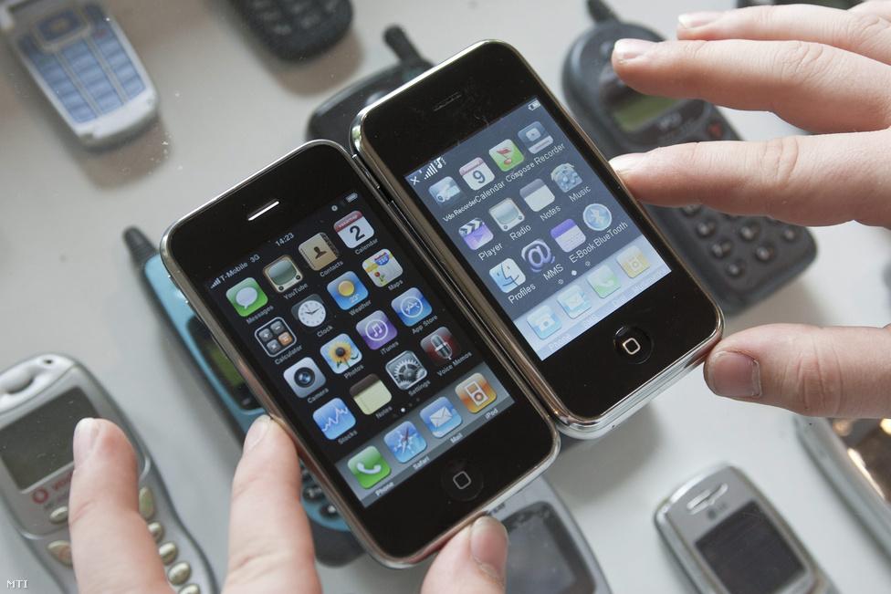 Természetesen a kínai hamisítványipar is rámozdult a népszerű termékre. Egy Apple iPhone 3G (balra) és egy Kínában gyártott SCIPhone nevű iPhone-klón a Csillaghegyi Közösségi Házban rendezett retrómobil kiállításon. (Budapest 2010. május 2.)