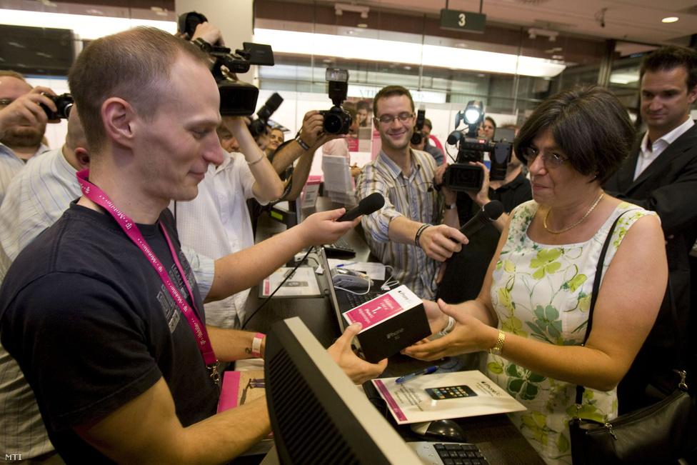 A második generációs, iPhone 3G készüléket 2008. augusztus 22-én 0 órakor kezdték el forgalmazni Magyarországon. Az első készüléket Langsteiner Marianne a T-Mobil marketing igazgatója adja át Göltl Norbert budapesti képszerkesztőnek. A készülék 133 gramm tömegű, 1155 milliméter hosszú, 621 milliméter széles és 123 milliméter vastag. A 35 colos képátlóval rendelkező kijelző 320x480 pixeles felbontású és 16 millió színárnyalatú.