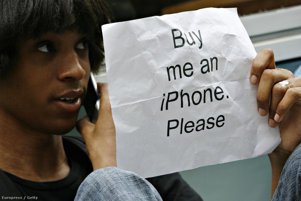 Keenen Thompson az egészen eddig a napig szupertrendinek számító Motorola Razr telefonján beszél. Thompsonnak más gondja is van: Verizon előfizetőként nem vehet Iphone-t, muszáj lesz AT&T-re váltania.