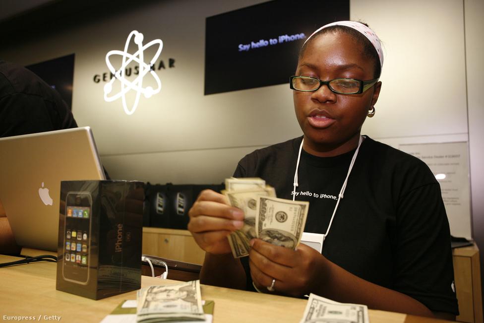 A következő napok a kasszagépek csilingelésétől voltak hangosak. 2007. szeptember 5-én, egy San Francisco-i informatikai, technológiai konferencián Jobs bejelenti, hogy harmadával, azaz 200 dollárral csökkentik a telefon árát.