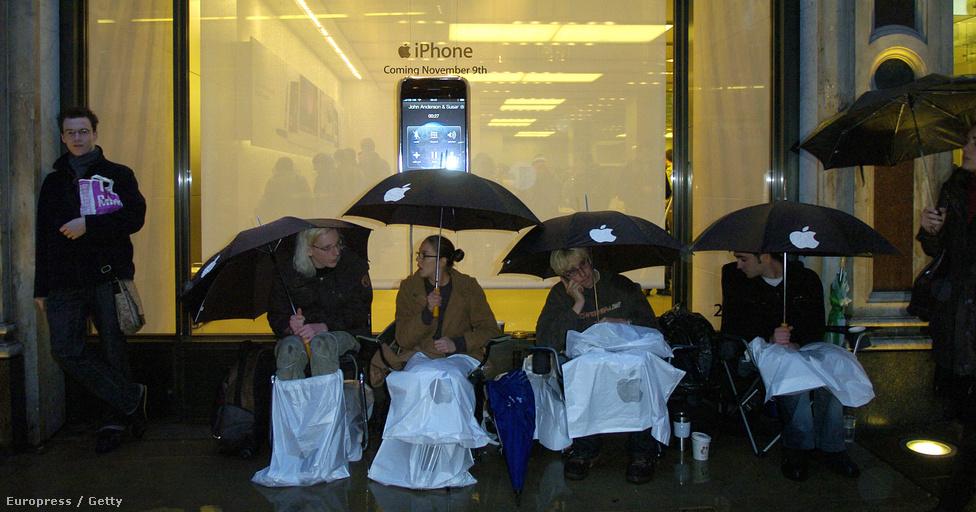 2007. november 8. Négy hónappal az amerikai debütálás után az Iphone-láz Londonba is elért: vevők várnak a másnapi nyitásra, az angliai készülék-forgalmazás megkezdésére a Regent utcai Apple boltnál.