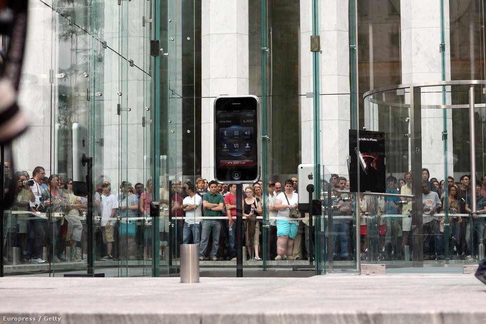 Az Apple Ötödik sugárúti központi áruházánál nyitásra várnak a jövendőbeli Iphone-tulajdonosok