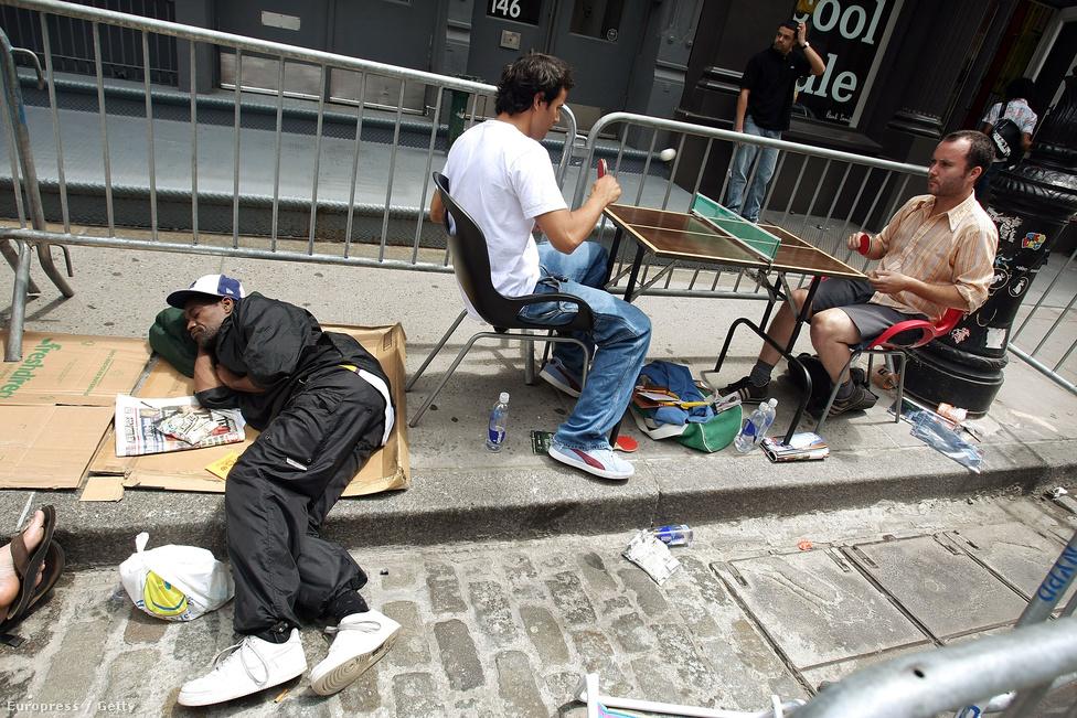 2007. június 29., New York. Napok óta táboroznak az 599 dolláros telefonra vágyók az Apple Soho-béli boltjánál. Az este bolthatos nyitásig hátralévő pár órát mindenki máshogy üti el.