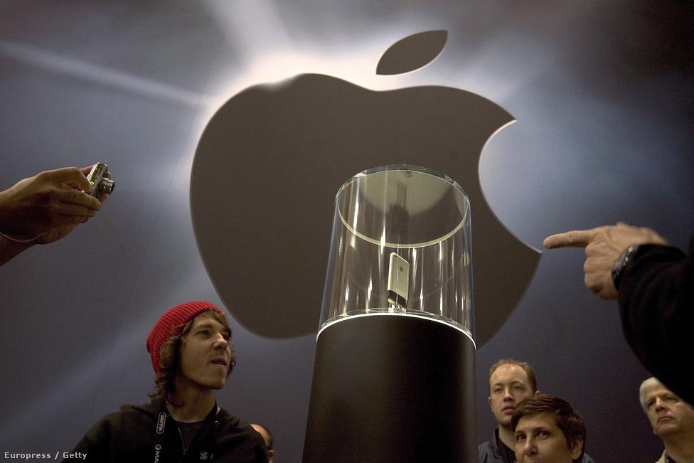 2007. január 10. Az új, világmegváltásra készülő telefonkészülék körülrajongott kiállítási darabja a MacWorld Expo-n. Ekkor már tudni lehetett, hogy júniusban tervezik piacra dobni a forradalmi, nyomógombok nélküli, teljesen érintőképernyős műszaki cikket.