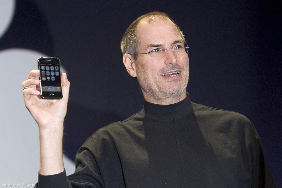 Steve Jobs, az Apple vezetője 2007. január 9-én, a San Franciscó-i MacWorld Expo-n mutatta be cége legújabb termékét, a kamerával ellátott, webböngészőt, zenelejátszót is tartalmazó  iPhone-t.