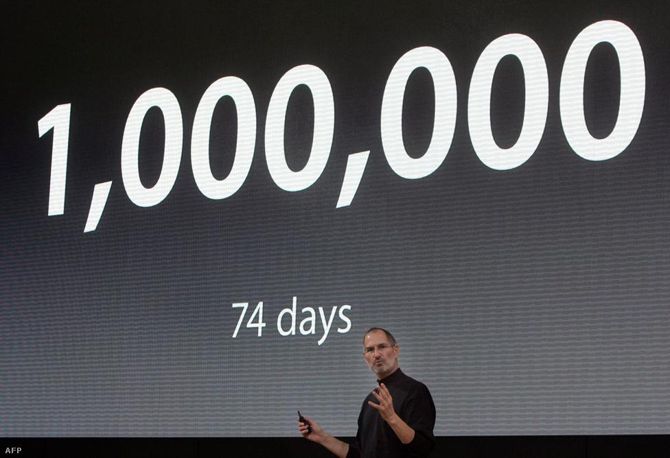 2007. szeptember 19. A német piac bevételére készülő Jobs Berlinben az Iphone amerikai eladási számairól beszél. Szűk három hónap alatt egymillió készüléket vásároltak az Egyesült Államokban.