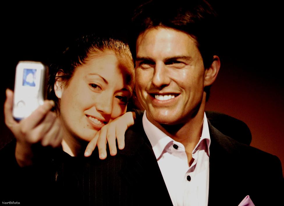 2007-ben Tom Cruise-t is elérte az, ami a legtöbb hírességet el szokta érni: viaszbaba lett belőle Madame Tussaud panoptikumában. A kép a washingtoni egységben készült, egy rajongó pózol éppen a viaszsztárral.