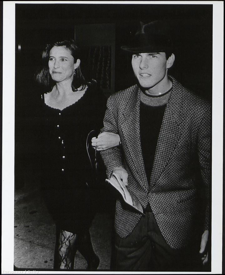 Tom Cruise és a 80-as évek összes divattrendje egy fotón 1990-ből. A képen Mimi Rogers kapaszkodik a karjába, aki egyrészt az első felesége volt, másrészt a híresztelések szerint az a nő, aki bevezette Cruise-t a szcientológia világába. 1987 és 1990 között voltak házasok.