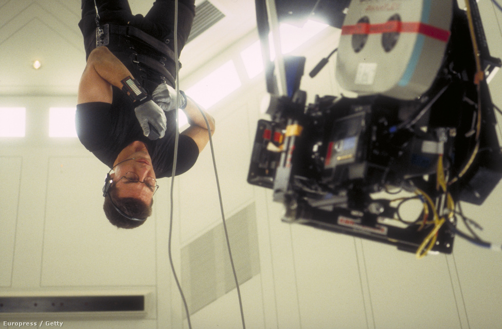 Megkezdi az első lépést afelé, hogy mára igazi akciósztár legyen. A képen az 1996-os Mission Impossible egyik leghíresebb jelenetét forgatja éppen az általában dublőr nélkül dolgozó színész.