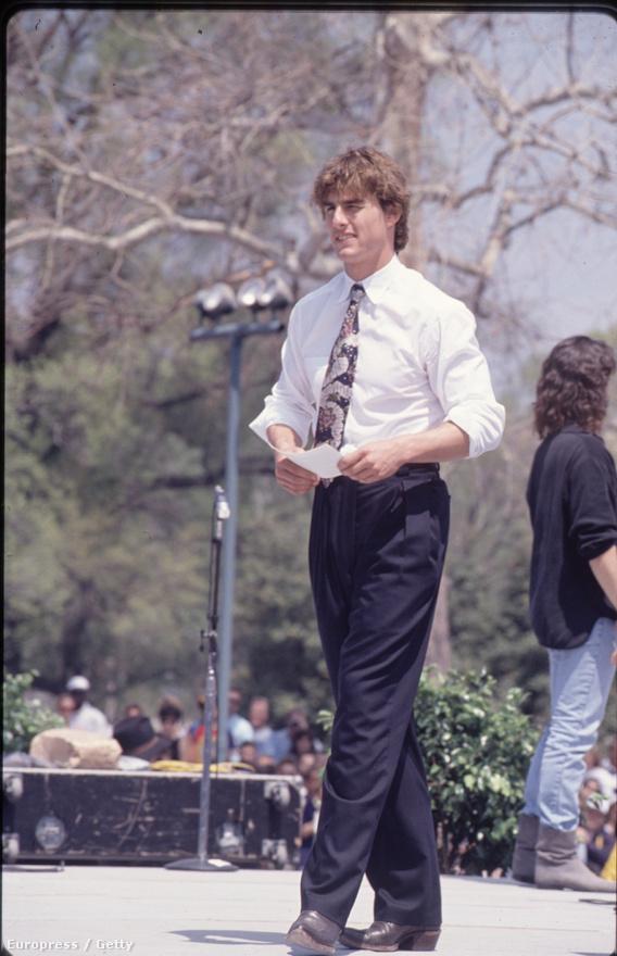 Talán 1988-ban talán egy forgatáson a képadatok szerint. Ebben az időszakban két nagy filmet is forgatott, a Koktélt és az Esőembert. Valószínűleg utóbbi forgatásán készült a kép.