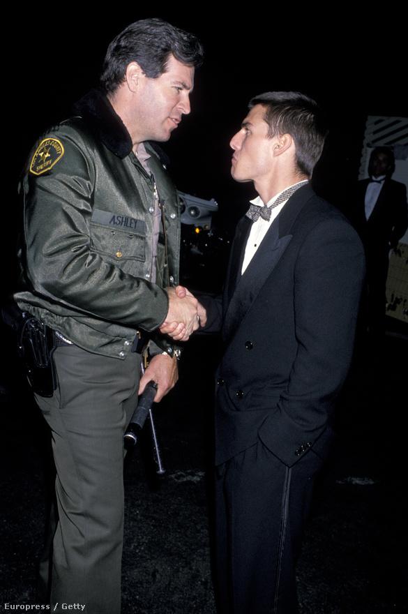 Nem a képen látható serif az iszonyú magas, hanem Tom Cruise alacsony visznylag. 170 centi magas, ezért állítólag olyan spéci cipőt visel sokszor, aminek közel 10 centis belső magasítása van. A kép 1988-ban készült, amikor Cruise egyik filmje, az Esőember legjobb filmnek járó Oscart nyert, a másik filmje, a Koktél pedig a legócskábbnak járó Arany Málnát.