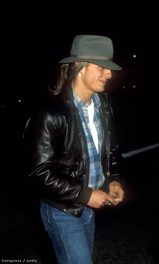A 22 évesen lófarkat hordó Cruise a 80-as évek egyik kultfilmjének a bemutatójára tart. A Beverly Hills-i zsaru premierje előtt fotózták le ebben a szerelésben.