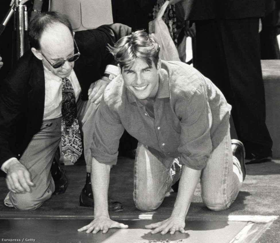 Tom Cruise sok másik hírességhez hasonlóan kézlenyomatát hagyja a Mann's Chinese Theater előtt Hollywoodban. A színész 1993-ban részesült a megtiszteltetésben.