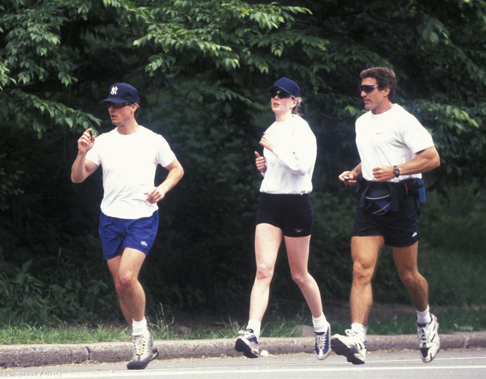 Tom Cruise és felesége, Nicole Kidman az edzőjükkel (jobbra) futnak a New York-i Central Parkban 1996-ban. Ma már hasonló képek ritkán készülnek a magánéletükre kényes sztárok és a mindenre elszánt lesifotósok miatt.