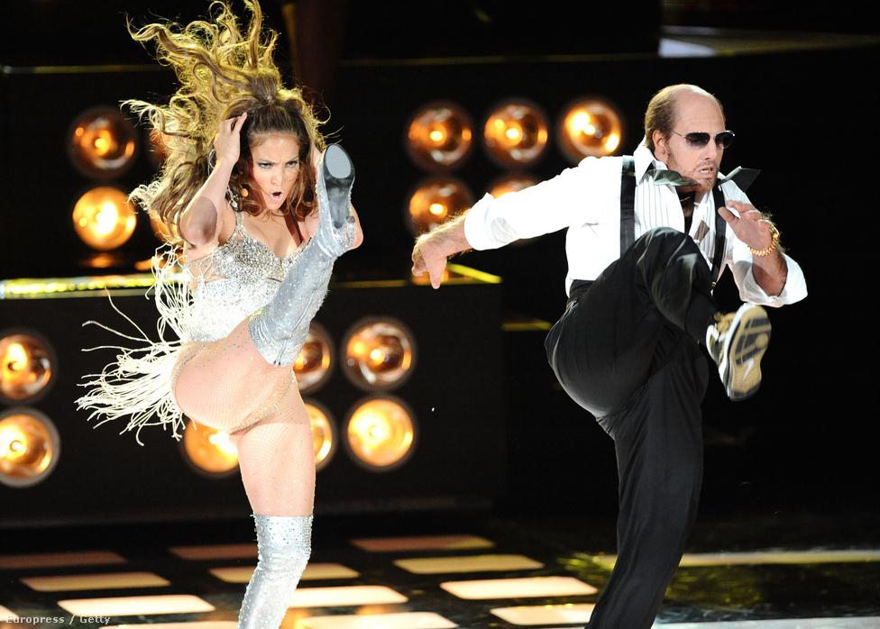 A 2010-es MTV Movie Awardson Jennifer Lopezzel lépett fel közösen. A furcsa kinézet amiatt van, hogy Cruise a két évvel korábbi sikerszerepének, a Trópusi vihar nagyszájú, forrófejű producerének öltözött.
