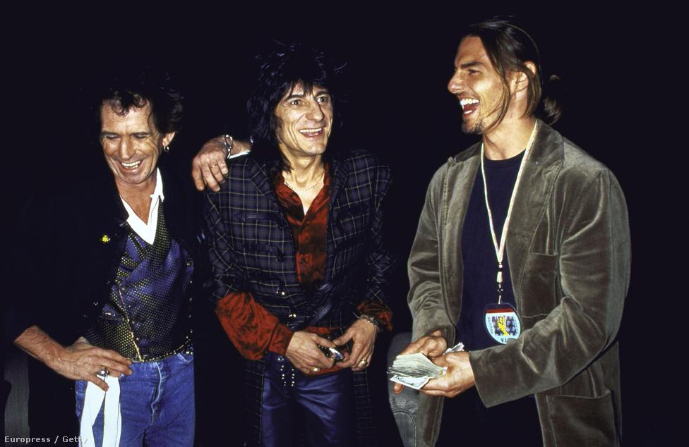 Tom Cruise a Rolling Stones két tagjával, Keith Richardscal (balra) és Ronnie Wooddal (középen) nevetgél 1994-ben.
