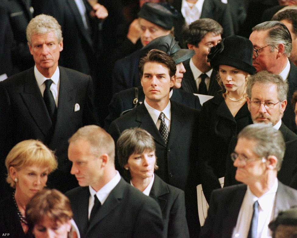 Diana hercegnő 1997-es temetésén hírességek gyűrűjében. Kicsivel előttük Steven Spielberg megy, a kép alján pedig Sting látható feleségével, Trudy Stylerrel.