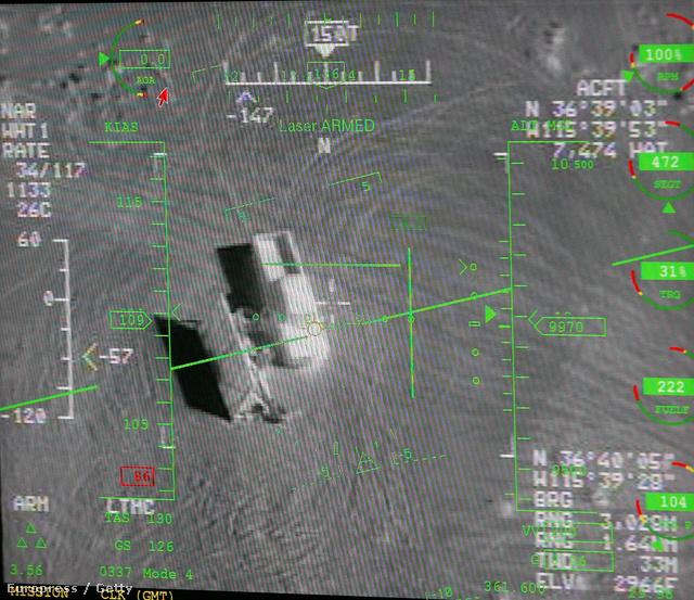 A Reaper drón által közvetített kép egy távpilóta képernyőjén Indian Springsben. A képen jól kivehető egy platós kisteherautó.