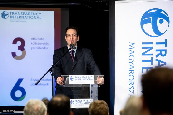 Ligeti Miklós, a TI Magyarország jogi igazgatója ismerteti a Ez a Minimum! Civil szervezetek önkormányzati átláthatósági programját