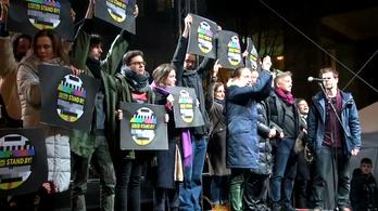 A kultúra függetlenségéért és a szabad színházakért tüntettek a Madách téren (a teljes közvetítés)