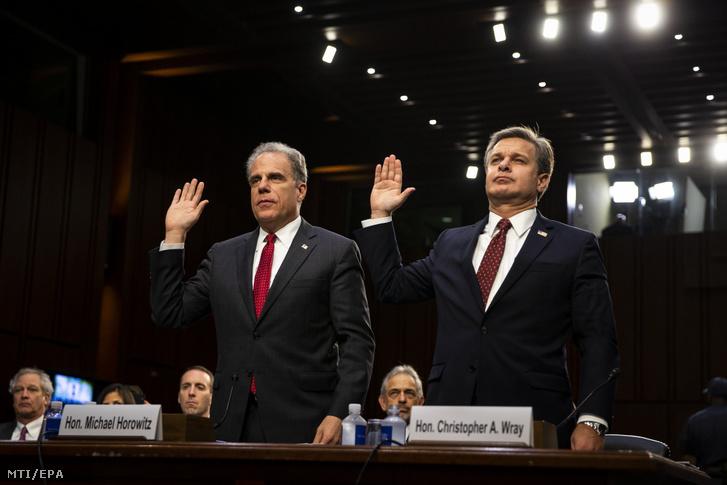 Michael Horowitz az amerikai igazságügyi minisztérium fõinspektora (b) és Christopher Wray az amerikai Szövetségi Nyomozóiroda (FBI) igazgatója esküt tesz a vallomástétele elõtt a szenátus igazságügyi bizottságának a 2016-os elnökválasztási kampány törvénytelen befolyásolása ügyében tartott meghallgatásán Washingtonban 2018. június 18-án.