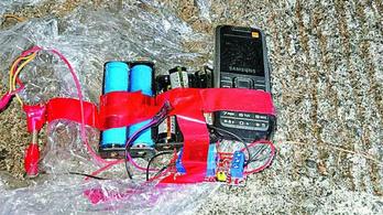 Házilag gyártott bombákat találtak egy hongkongi középiskolában