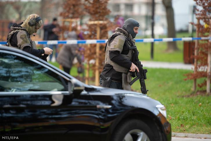 Rendőrök érkeznek az ostravai kórházhoz ahol a lövöldözés történt 2019. december 10-én
