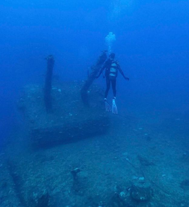 Az egyik búvár kutató vizsgálja a USS Saratoga lövegtornyát