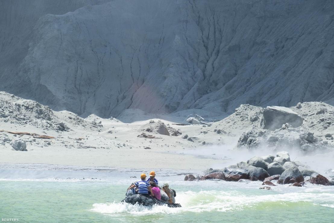 Túravezetők menekülnek a szigetről a kitörés után.