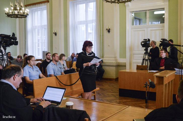 Bróker Marcsi, azaz Dobrai Sándorné a Szolnoki Törvényszék előtt 2017 novemberében