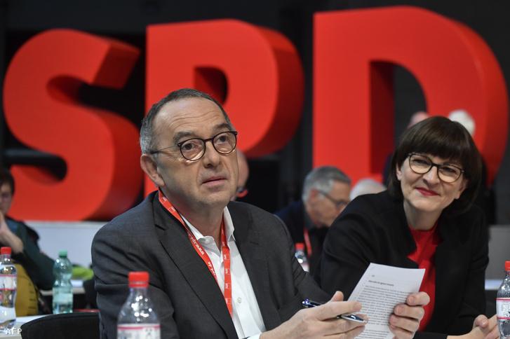 Norbert Walter-Borjans (balra) és Saskia Esken az SPD berlini kongresszusán 2019. december 8-án