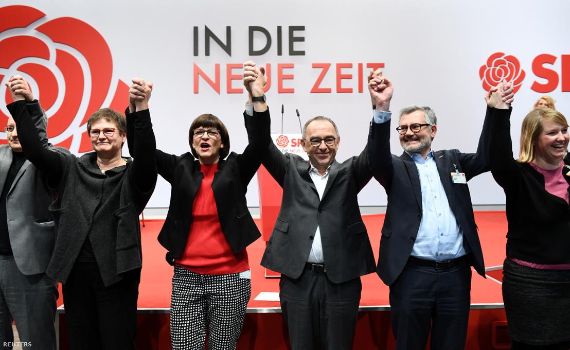 Az SPD két új vezetője (középen) és egyéb tagjai a párt kongresszusán