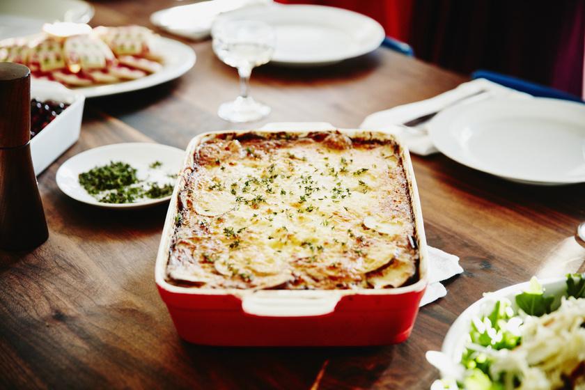 Tepsiben sült, tejszínes, sajtos krumpli: szaftos és ropogós ünnepi köret