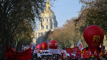 Nyolcszázezer tiltakozó, 400 kilométeres dugó Párizsban