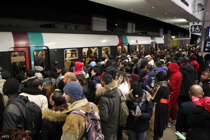 Utasok próbálnak felszállni egy metróra Párizsban 2019. december 10-én a közlekedési dolgozók általános munkabeszüntetésének hatodik napján.