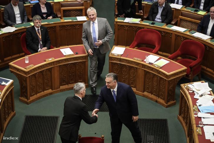 Orbán Viktor miniszterelnök gratulál Senyei György Barnának, az új OBH-elnök eskütétele után 2019. december 10-én