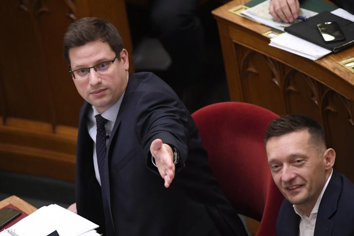 Gulyás Gergely a Miniszterelnökséget vezető miniszter és Rogán Antal a Miniszterelnöki Kabinetirodát vezető miniszter az Országgyűlés plenáris ülésén 2019. december 10-én