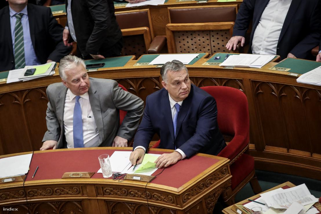 Semjén Zsolt és Orbán Viktor az Országgyűlés plenáris ülésén 2019. december 10-én