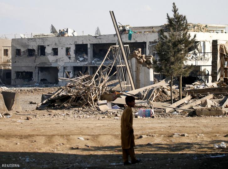 Afgán fiú áll a megtámadott bargrami amerikai légitámaszpont közelében