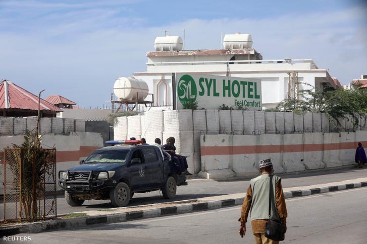 Szomáliai biztonsági erők a SYL hotelen kívül, miután visszavették azt az Al Shabaab fegyveresektől