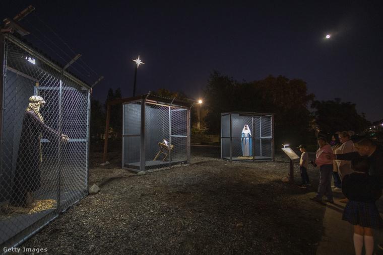 Kaliforniában, Claremontban van egy metodista közösség, akik úgy döntöttek, idén olyan betlehemet állítanak fel, amely azt tükrözi, 2019-ben hogyan bántak volna Szent Józseffel, Szűz Máriával és az újszülött Jézussal, tekintettel arra, hogy ők manapság migránsnak minősülnének.
