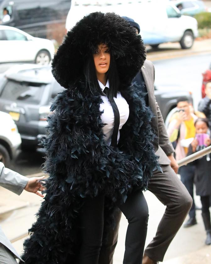 A feltűnést igencsak kedvelőCardi B fekete hattyú jelmezt idéző outfitben vonult be a queensi bíróságra, ahol egy 2018-as ügyét tárgyalták.