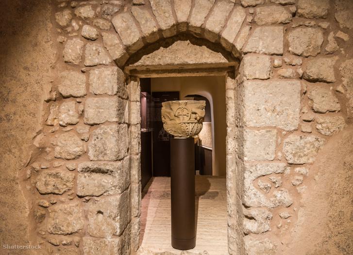 Történelmi emlék oszlop a Terra Sancta Múzeumban, Jeruzsálemben