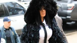 Cardi B fekete hattyújelmezben sétált be a bíróságra