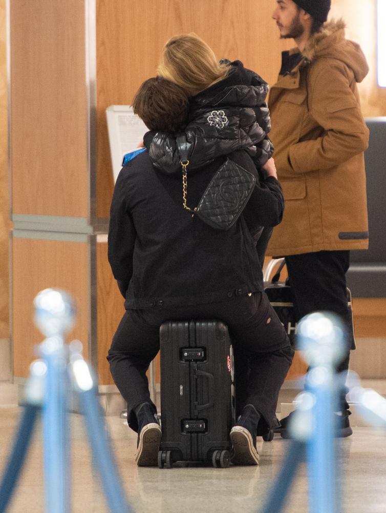 Ő pedig viszonozta is az ölelést, és együtt ücsörögtek Beckham bőröndjén, amíg meg nem nyitották a kapukat.