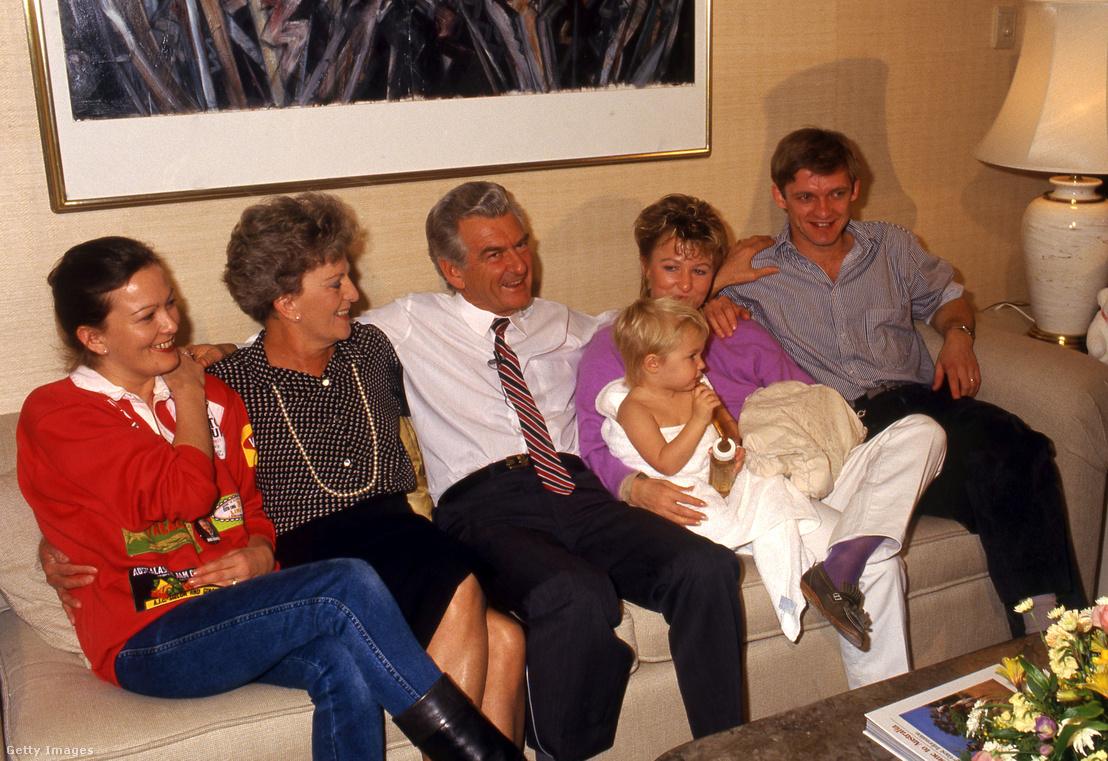 Bob Hawke mint egykori miniszterelnök családjával az 1987-es választások éjszakáján (balszélen Rosslyn Dillon)
