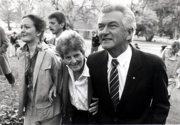 Ausztrália miniszterelnöke hagyja el a sajtótájékoztatót feleségével, Hazellel és lányával, Rosslynnal (bal szélen) 1987. július 12-én.