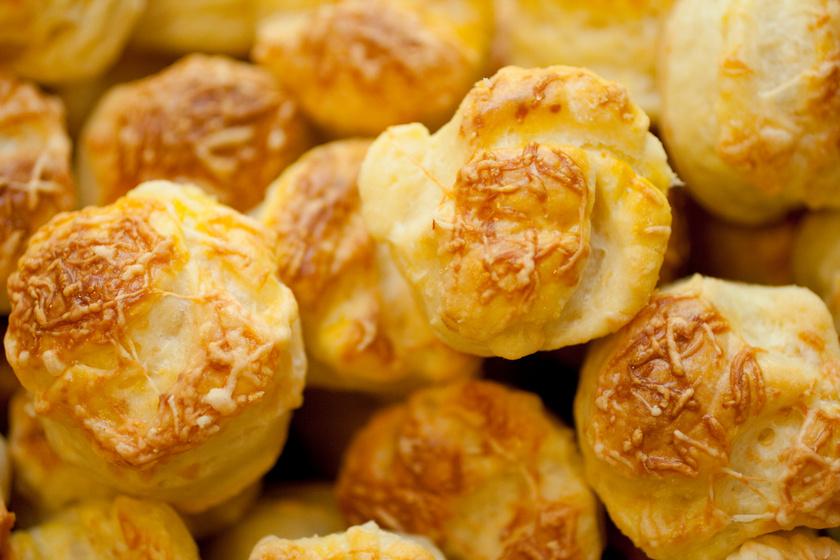 Lucapogácsa bő zsírral, hajtogatás nélkül: pihe-puha lesz a tészta
