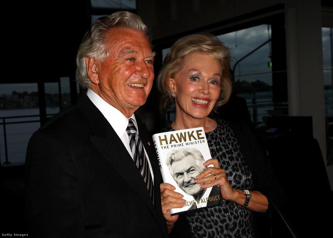 Bob Hawke és felesége, Blanche d'Alpuget, a róla szóló könyv bemutatóján Sydneyben 2010. július 12-én.