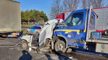 Kamionnak nyomtak egy autót az M1-esen, meghalt a benne utazó nő